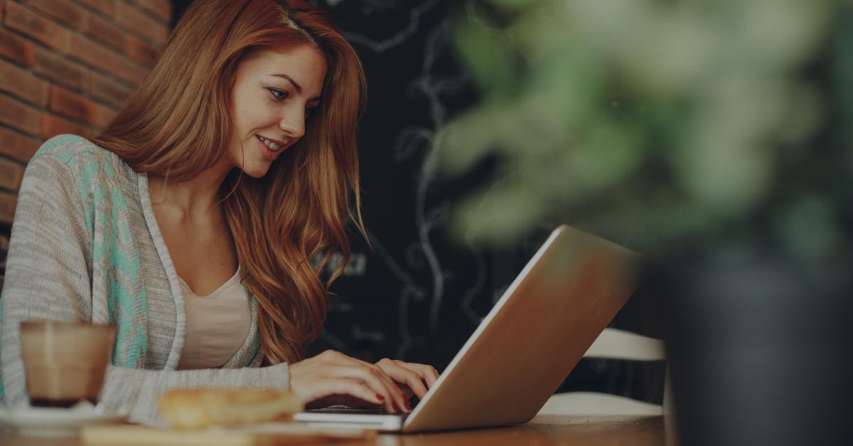 junge Frau schreibt motiviert eine Bewerbung